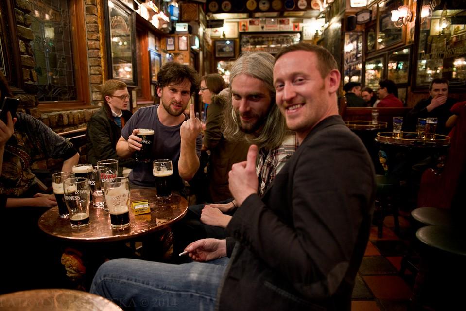 Podchodzę do chłopaków pijących Guinnessa i zachowujących się bardzo radośnie. Proszę by zrobili coś śmiesznego lub głupiego. Spotykam się z bardzo entuzjastycznym przyjęciem tej prośby.
