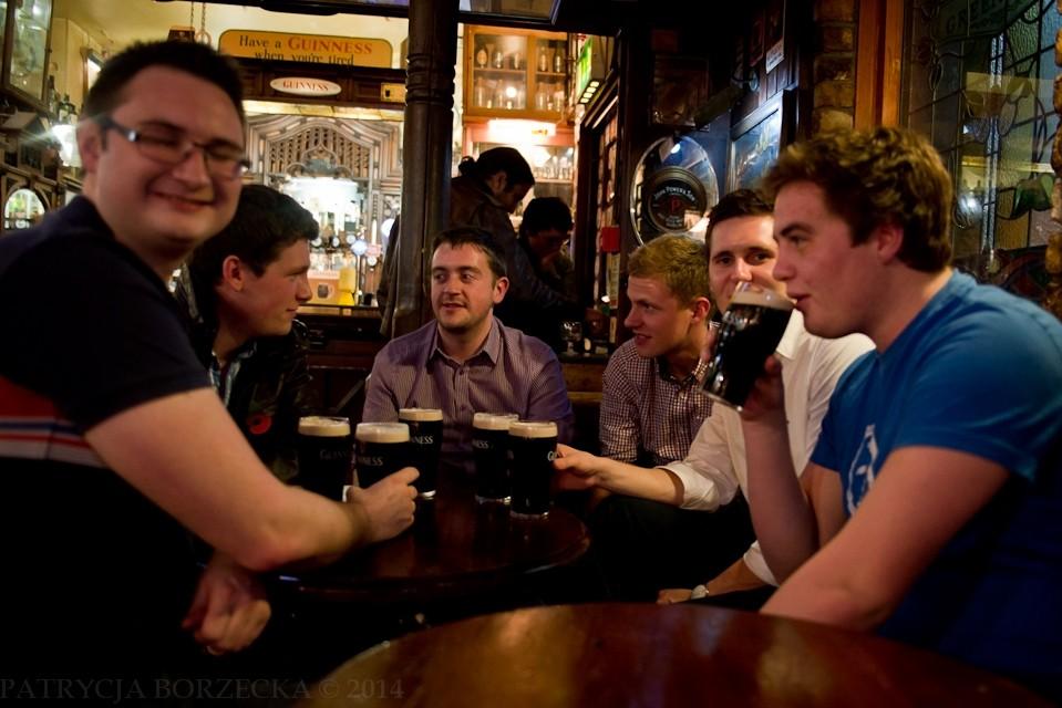 Po drugiej stronie knajpy - również widzę stół zastawiony Guinnessem. Wszyscy są równie radośni.