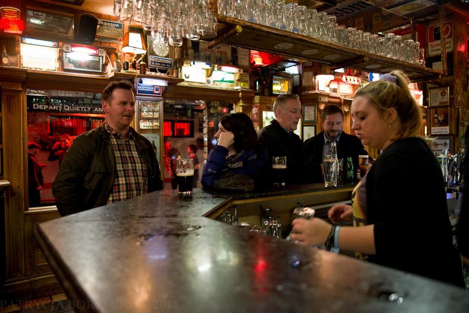 Przy barze niewielki ruch. Większość Irlandczyków nie kupuje tylko jednego piwa za jednym razem. Biorą kilka. Tak na wszelki wypadek.