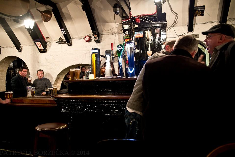 """""""Kelly's Cellars"""" - jeden ze starszych barów w Belfaście. Mieszkańcy twierdzą, że """"to właśnie jest prawdziwy, irlandzki pub"""". O godzinie pierwszej barman krzyczy: """"Zamykamy! Wszyscy wynocha!"""" Na te słowa ludzie zaczynają się śmiać i powoli wychodzić, zamawiając przy tym jeszcze jedno piwo."""