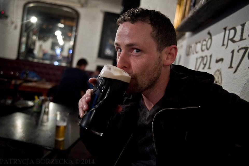 Na pierwszym planie widać Paula, pijącego oczywiście... Guinnessa. Po prawej stronie, na drugim planie - ważne  dla Irlandii daty historyczne.
