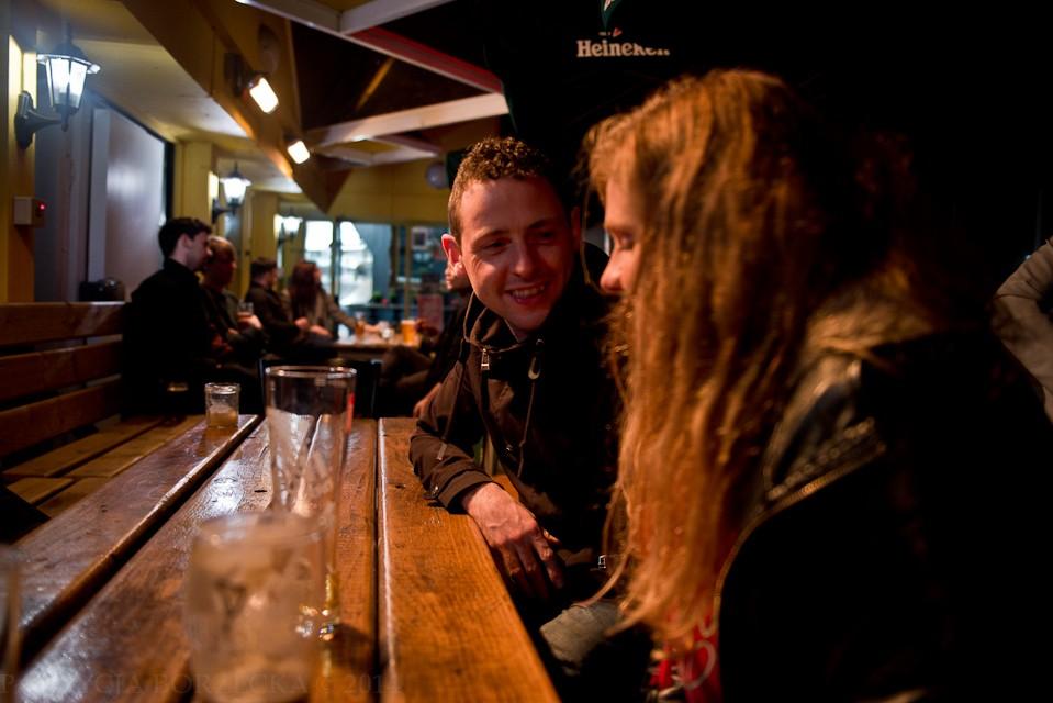 """Kolejny punkt. """"The Hudson Bar"""" - miejsce bardzo popularne wśród młodych mieszkańców Belfastu. Połowa lokalu znajduje się na świeżym powietrzu i jest otwarta nawet w sezonie jesienno-zimowym."""