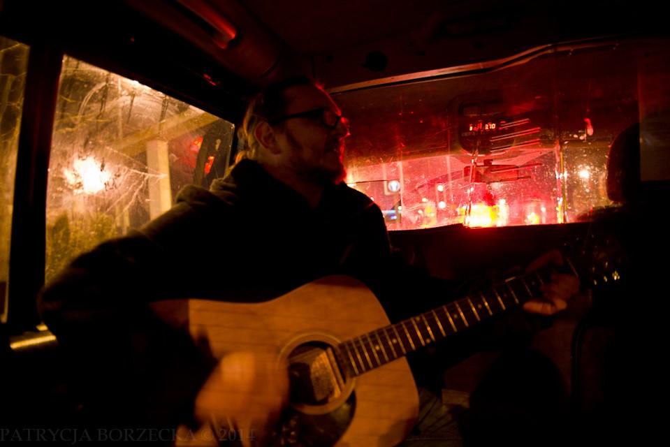 """Taksówka w Belfaście. Bo przecież z baru też trzeba wrócić. Wayne gra na gitarze kawałek """"Laid"""". Reszta ekipy śpiewa, taksówkarz uśmiecha się. Niby nic nadzwyczajnego, a tyle dobrej zabawy. I to jest właśnie najlepsze."""