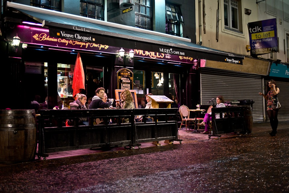"""Po wyjściu z następnego baru - widzę jeszcze jeden. Uśmiecham się do ludzi siedzących w ogródku. Oni natomiast podnoszą swoje drinki i wznoszą toast krzycząc """"Zdrowie fotografa!"""" Gdyby w Polsce też tak było, z pewnością żaden fotograf by nie chorował."""