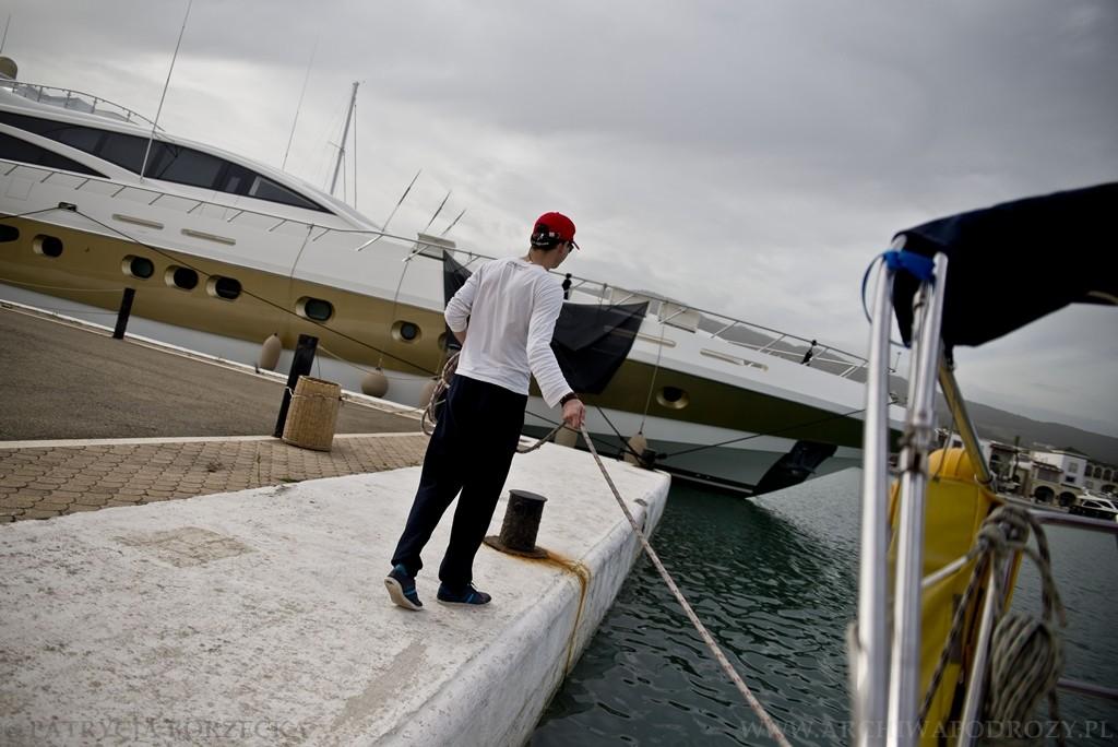 Po dopłynięciu do portu rzucamy cumy, by je potem wybrać i obłożyć. Witek odbiera cumę i oddaje ją na biegowo.