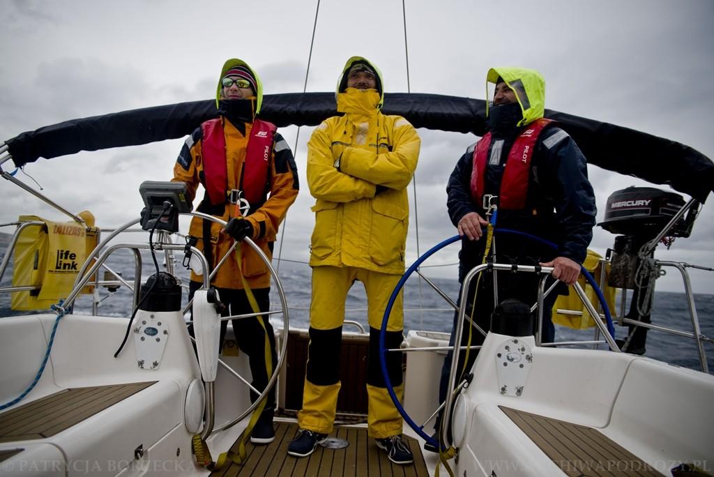 Nie zawsze jest piękna pogoda. Nim stanie się za sterem czasem trzeba włożyć sztormiak i przypiąć się do pokładu.