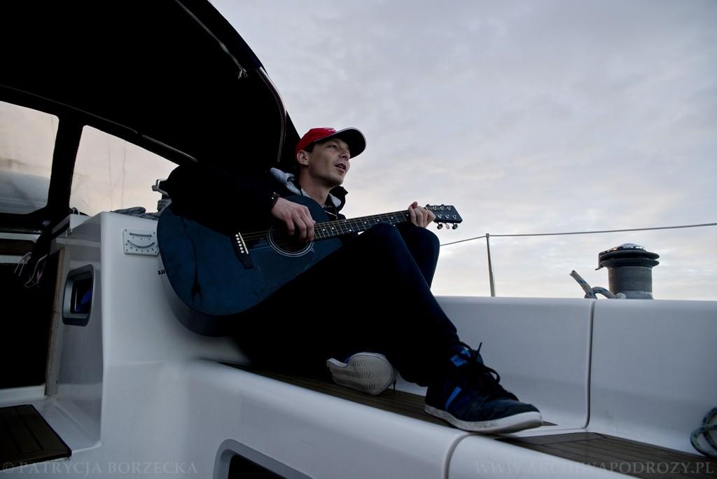Gdy się jednak rozpogadza Witek gra na gitarze. Cała załoga zawsze uważa to za świetny pomysł.