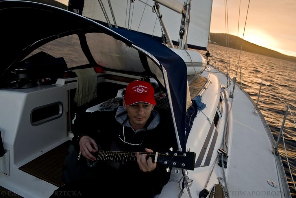Zachód słońca na morzu, gitara i śpiew. Dla jednych ? piękne i niebywałe zjawisko. Dla innych ? żeglarska codzienność.