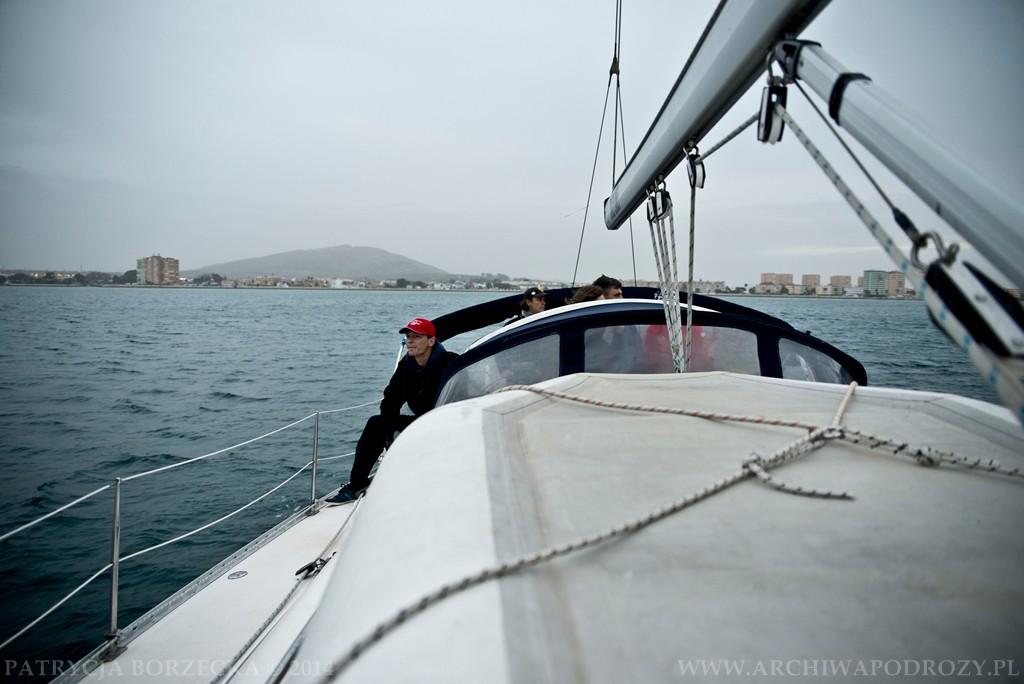 Spojrzenie na jacht od strony dziobu. Witek przygląda się falom.