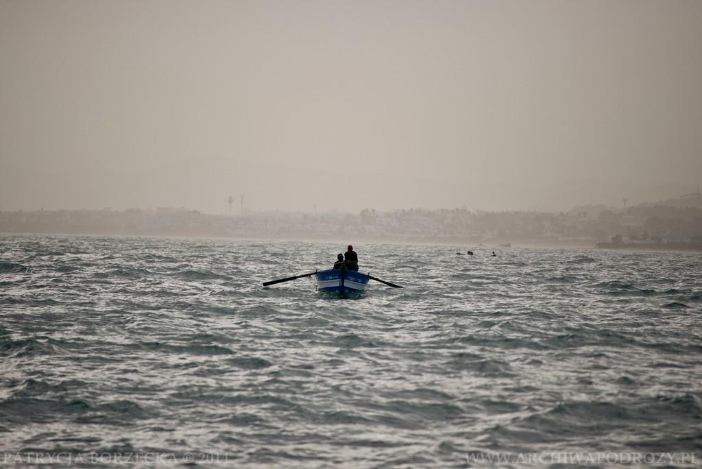 Widok z prawej burty. Rybacy płynący na połów. Nie odstrasza ich nawet zimny wiatr.