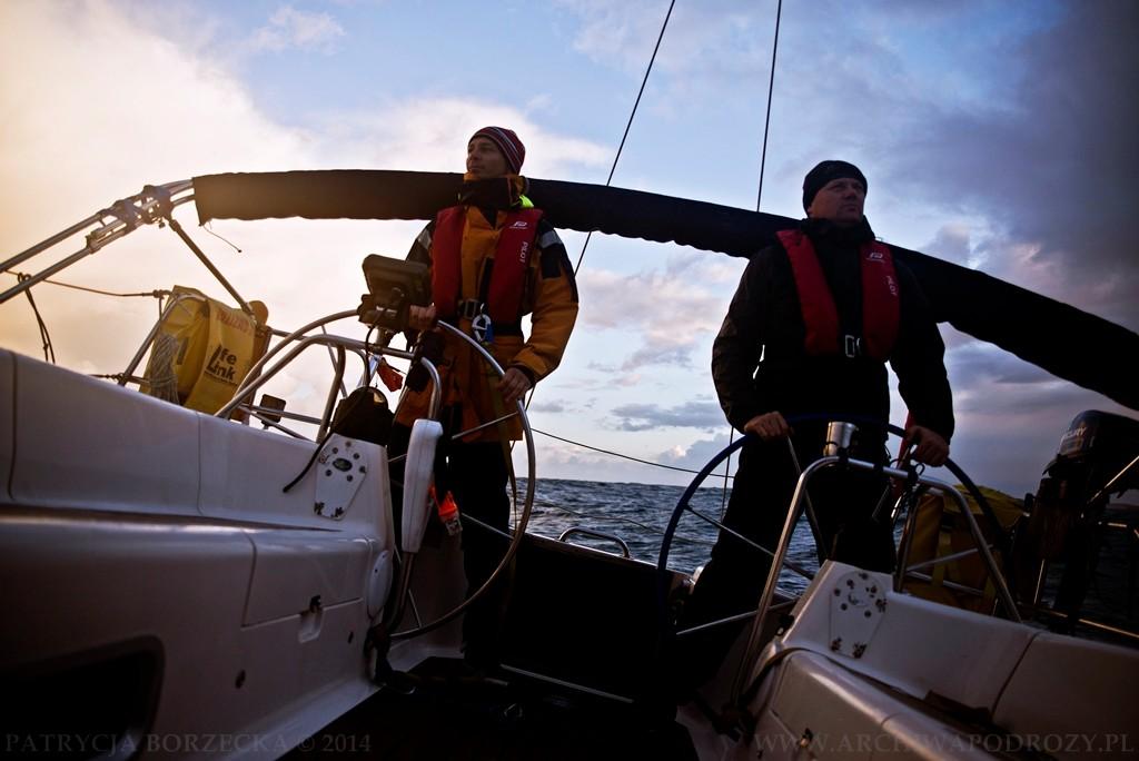 Jacht w trakcie przechyłu na Oceanie Atlantyckim. W warunkach oceanicznych radzi sobie równie świetnie.