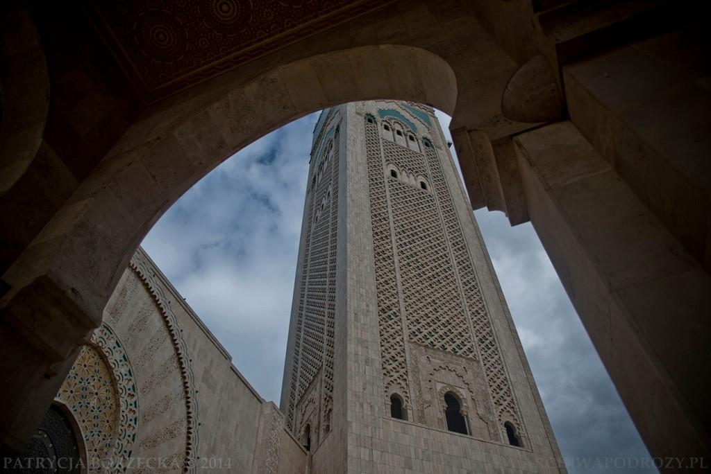 Meczet Hassana II. Trzeci pod względem wielkości meczet na świecie mieści około 25 tys. muzułmanów jednocześnie. Widoczny minaret ma wielkość 210 metrów. Jest najwyższym minaretem na świecie.