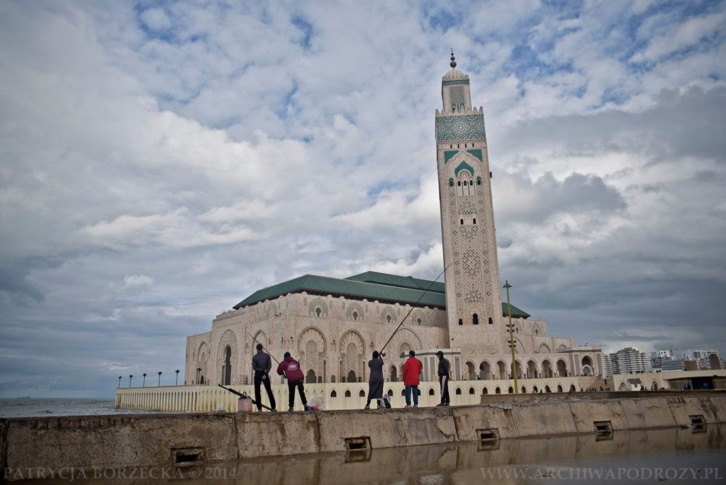 Po zmianie perspektywy widok staje się jednak już nieco mniej zwykły. Za rybakami widać Meczet Hassana II w całej swojej okazałości i wystawności.