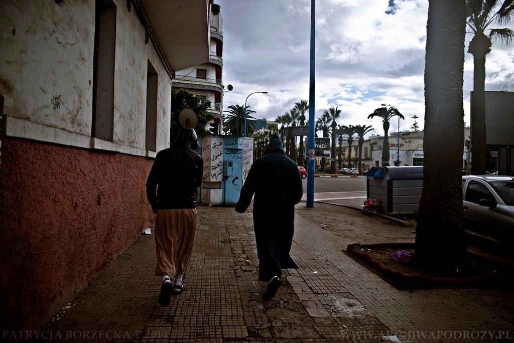 Dwóch mężczyzn zmierza w kierunku mediny. Codzienność i proza.