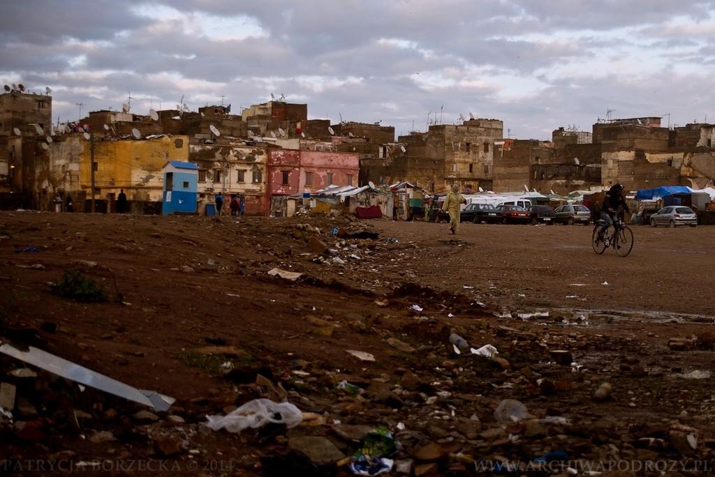 Kilkaset metrów dalej - slumsy. Ludzie żyją w barakach, domach z dykty i podziurawionych, starych namiotach. To ich dorobek życiowy.