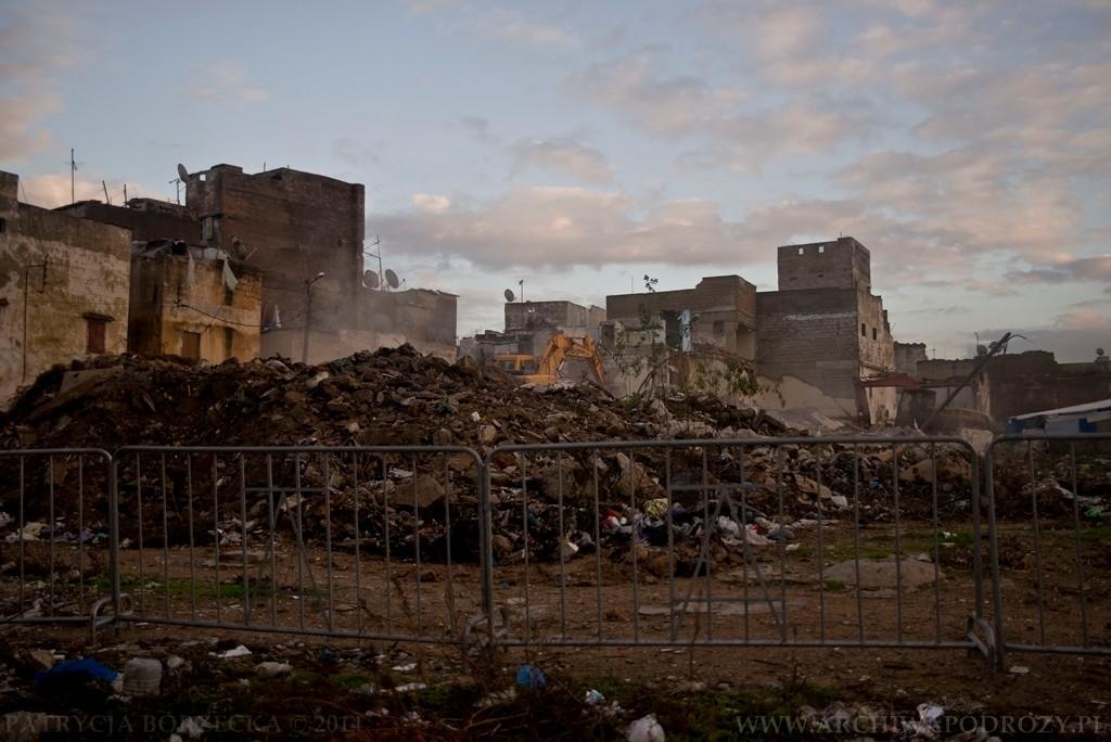 Dorobek, który postanowiono zburzyć w celu zbudowania czegoś większego. Na fotografii widać ruiny zniszczonych domów.