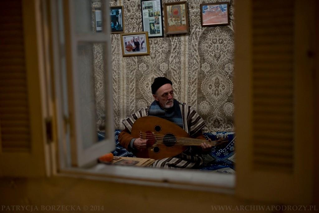 Inną sytuacją, z którą możemy się spotkać w Tangerze jest granie muzyki przez mężczyzn, którzy spotykają się wieczorami właśnie w tym celu. Gdy dostrzegłam w oknie tę sytuację, nie mogłam się powstrzymać przed zrobieniem zdjęcia i zapytaniem o możliwość wejścia do  środka. Pytanie spotkało się z bardzo serdecznym przyjęciem.