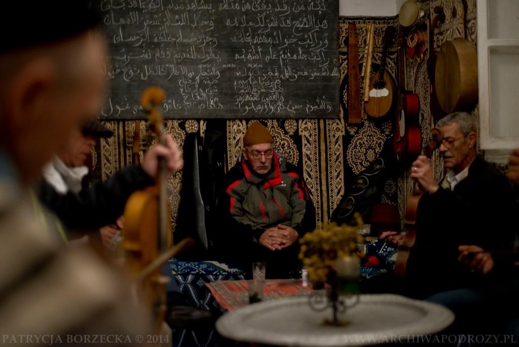 W środku mężczyźni grali i śpiewali w taki sposób jakby zupełnie nas nie zauważali. Byli zupełnie przejęci muzyką. Natomiast sam gospodarz domu poczęstował nas tradycyjną, arabską herbatą.