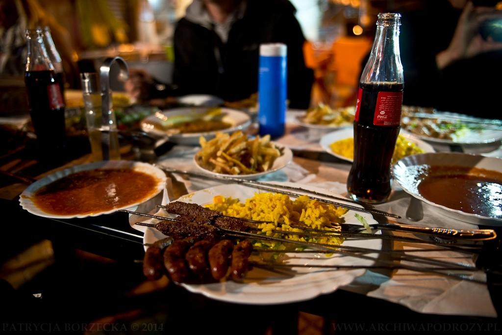 Obiad w stylu arabskim. Za równowartość piętnastu złotych: grillowane mięso, ryż, frytki, mnóstwo sosów i Coca-Cola w komplecie.