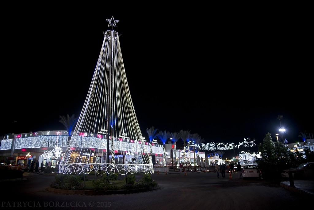 """Ponownie widzimy Sharm - choinka i noworoczne powitanie przy wejściu do najbardziej ekskluzywnej dzielnicy """"Soho Square""""."""