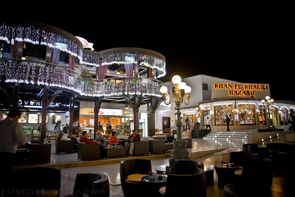 Wewnątrz dzielnicy - knajpy, sklepy, drogie restauracje. Zupełnie jak na Zachodzie. To już inny świat. Ten do którego powinniśmy jeździć i w którym powinniśmy wydawać grube pieniądze. Po to właśnie powstał.