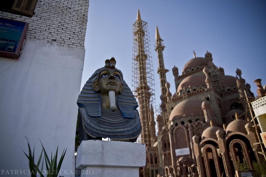 """""""Coś więcej"""" wcale jednak nie oznacza popularnych miejscówek, gdzie ujrzymy tylko sfinksy i kolosalne meczety."""