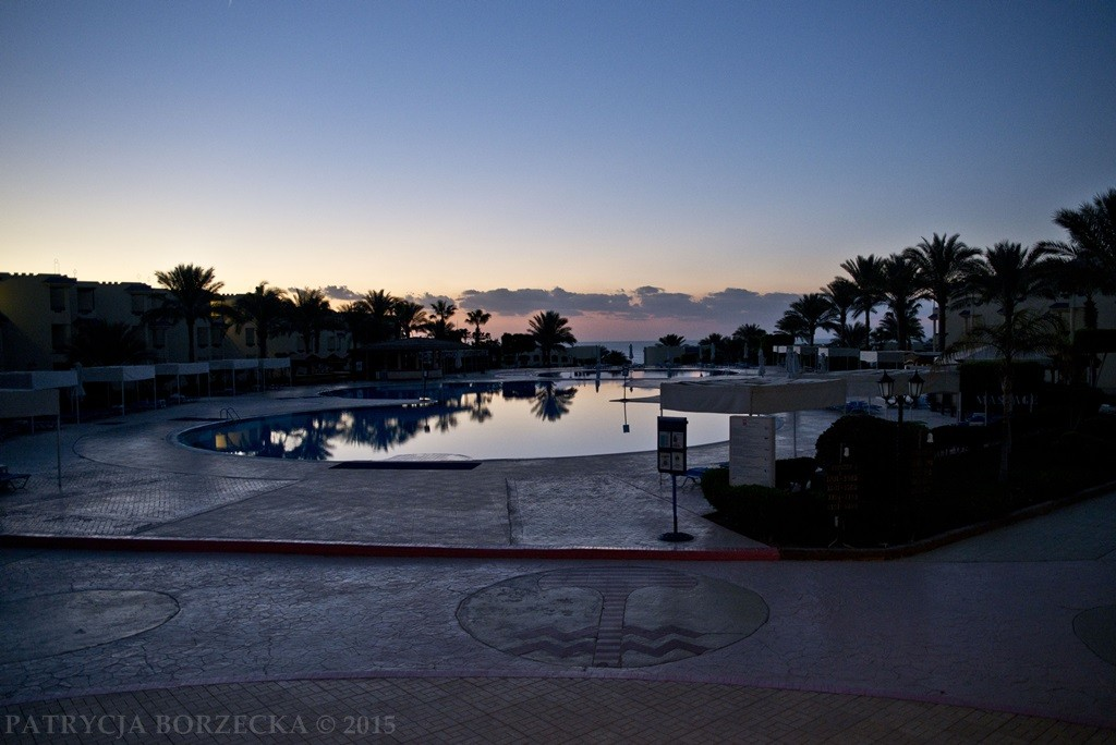 Świat jaki prezentuje nam Sharm El Sheikh to głównie kurorty, baseny i drinki z palemką.