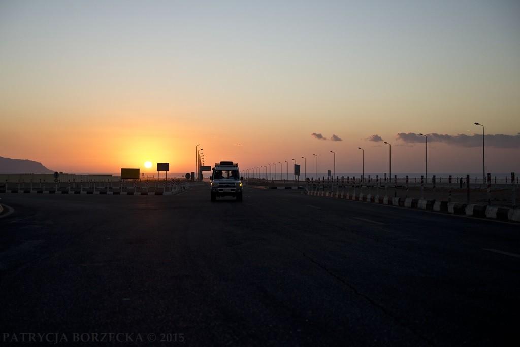 Wschód słońca na wylotówce z Sharm El Sheikh. Na drogach w większości widzimy samochody terenowe.