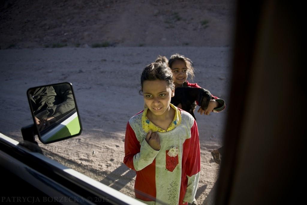 Zatrzymujemy się. Podbiegają do nas beduińskie dzieci. Dzieci, które mają twarze dorosłych, ponieważ ich dzieciństwo jest zupełnie odmienne od tego zachodniego.