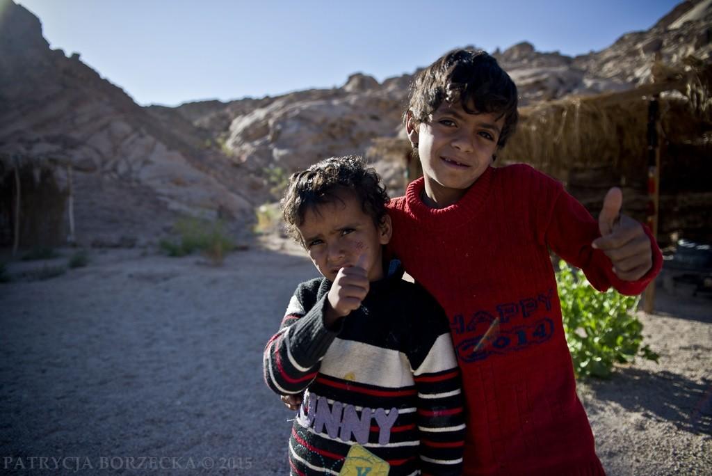 Beduini żyjący na pustyni zazwyczaj nie posiadają dokumentów tożsamości.