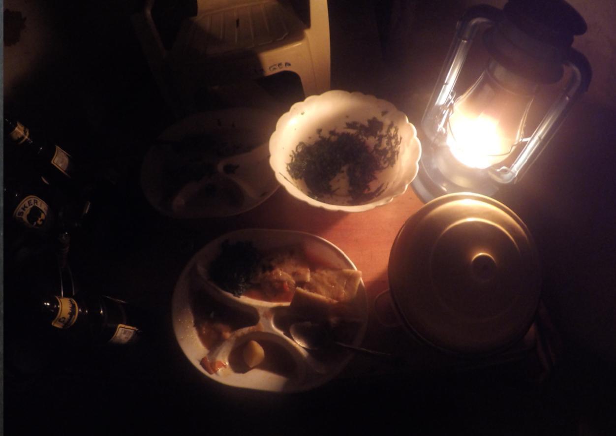 Kolacja w dżungli. Ziemniaki i ugali. Brak prądu, brak cywilizacji. Jedyne źródło światła to lampa naftowa i ślepia dzikich zwierząt.