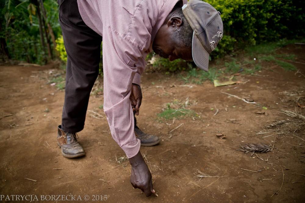 Joseph jest właścicielem fragmentu plantacji kawy u podnóży góry Kilimandżaro w północnej Tanzanii. W Afryce plantator, który ma dzieci musi zawsze sprawiedliwie podzielić swoje hektary między nimi. Skutkiem tego każde dziecko dostaje kawałek plantacji. Na zdjęciu Joseph rysuje plantację należącą do jego rodziny i pokazuje w jaki sposób została ona podzielona.