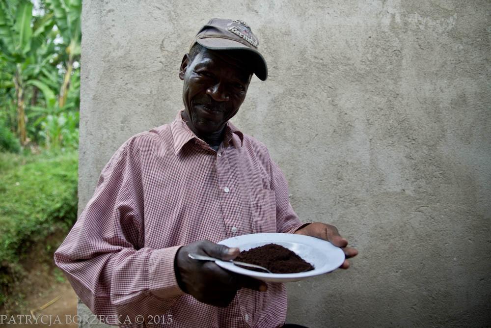 Joseph prezentuje z dumą zmieloną kawę ze swojej plantacji. Kawa jest jego prawdziwą pasją.