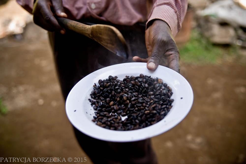 Po prażeniu kawy uzyskuje się specyficzny kolor ziaren kawy. Taką kawę możemy już nabyć w sklepie. Kawa ziarnista jest najlepszym i najdroższym rodzajem kawy jaki możemy kupić.