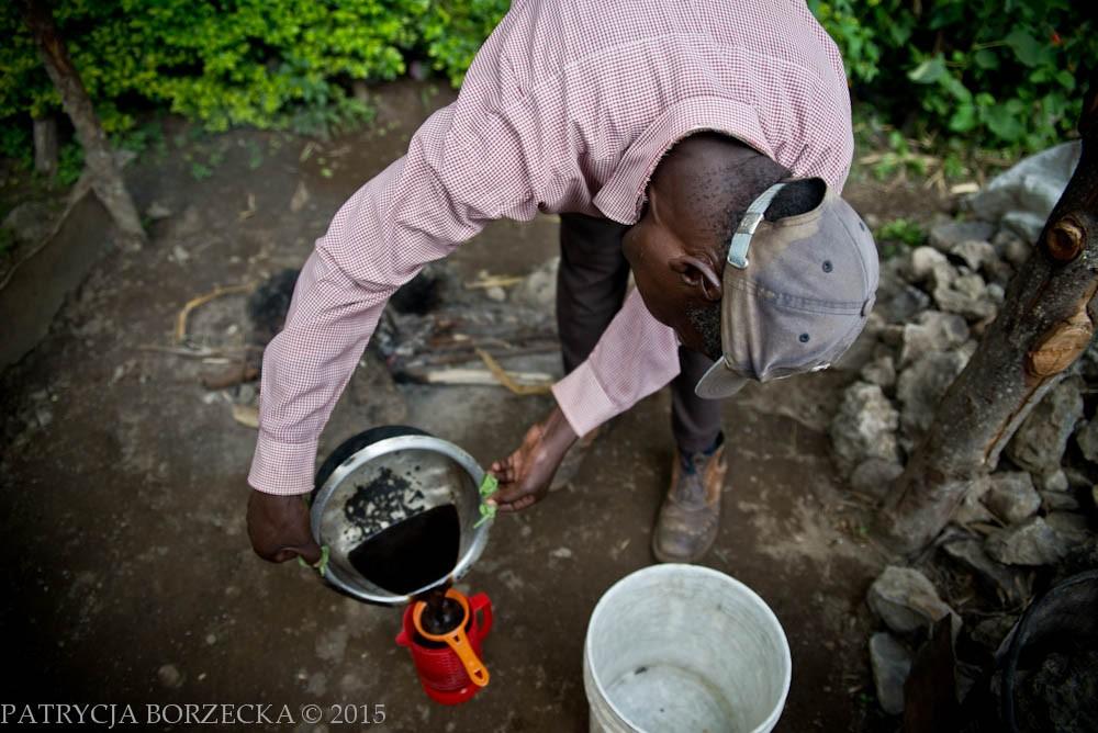 Na zdjęciu Joseph przelewa niemal już gotową kawę przez sito. Sprażona i przefiltrowana zaraz będzie gotowa do spożycia.