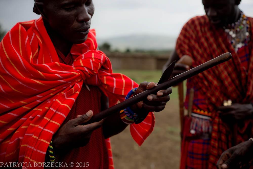 Po chwili sam testuje nóż. Mój CRKT M21-04 wywołuje niemałe poruszenie w wiosce. Proponowane są mi najróżniejsze towary w zamian za upodobany przez Masajów przedmiot. Poczynając od biżuterii na zwierzętach hodowlanych kończąc. Handel wymienny wciąż funkcjonuje tu jako jedna z podstawowych form nabywania nowych przedmiotów. Masajowie uważają, że płacąc pieniędzmi dokonują jedynie transakcji. Podczas handlu wymiennego zapamiętują człowieka i jego historię.