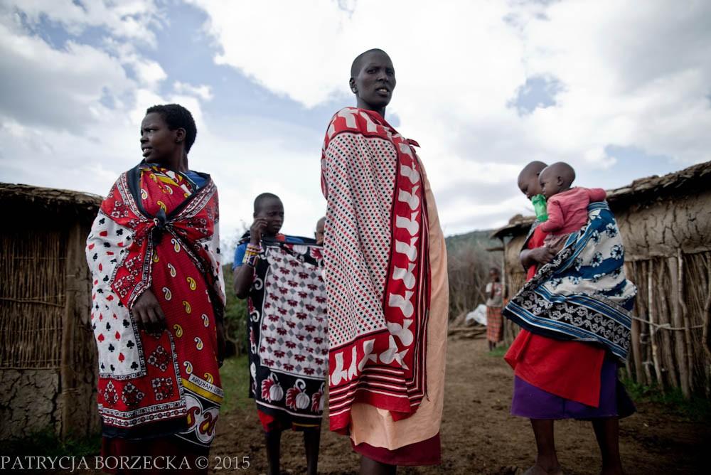 Podobnie jest z ich strojami. Barwne, zwiewne i praktyczne. Wizytę w wiosce Masajów zapamiętuję niezwykle pozytywnie. Ci dumni, wojowniczy i silni ludzie odprowadzają mnie do mojego namiotu, którego w nocy sami strzegą przed lwami i innymi dzikimi zwierzętami.