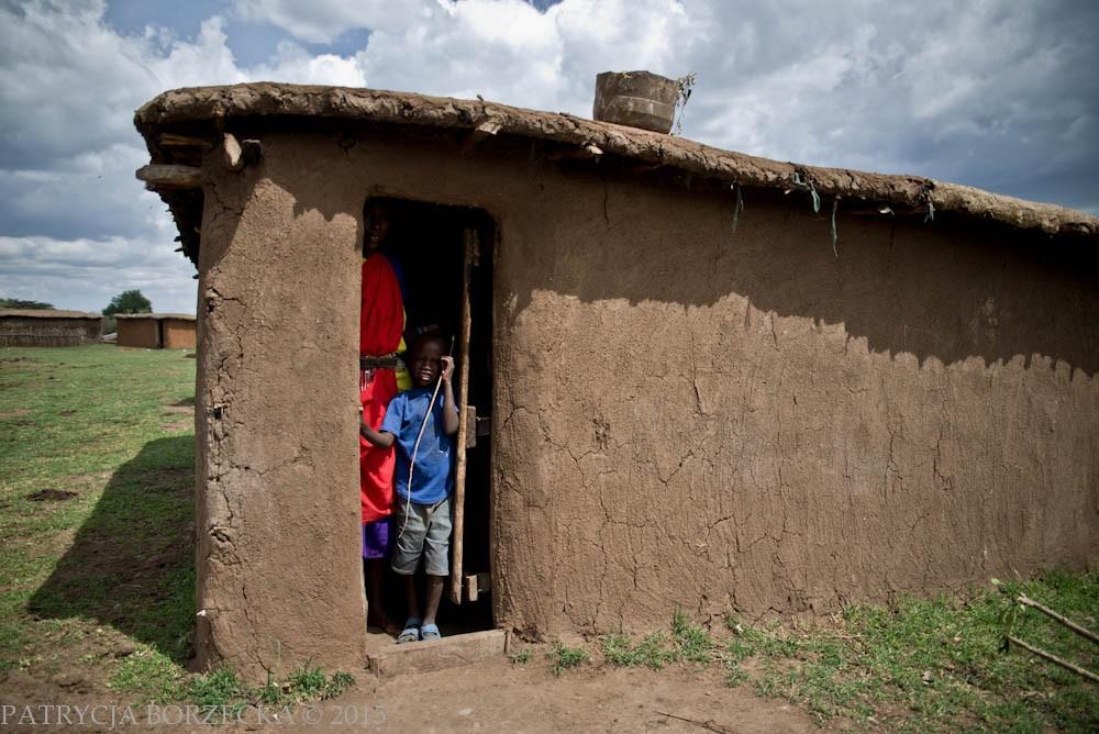 Manyatta to tradycyjna chata masajska. Szkielet domu budowany jest z drewnianych gałęzi później oblepianych błotem, krowim gnojem i popiołem. Taka konstrukcja wytrzymuje zazwyczaj 9 lat. Po tym czasie przeważnie zostaje zniszczona przez termity, a Masajowie zmieniają wtedy miejsce zamieszkania. W każdej chacie jest jedno łóżko dla rodziców, jedno dla dzieci, jedno dla niespodziewanego gościa i jedno małe pomieszczenie dla niewielkich zwierząt gospodarczych. Budowniczymi są kobiety.