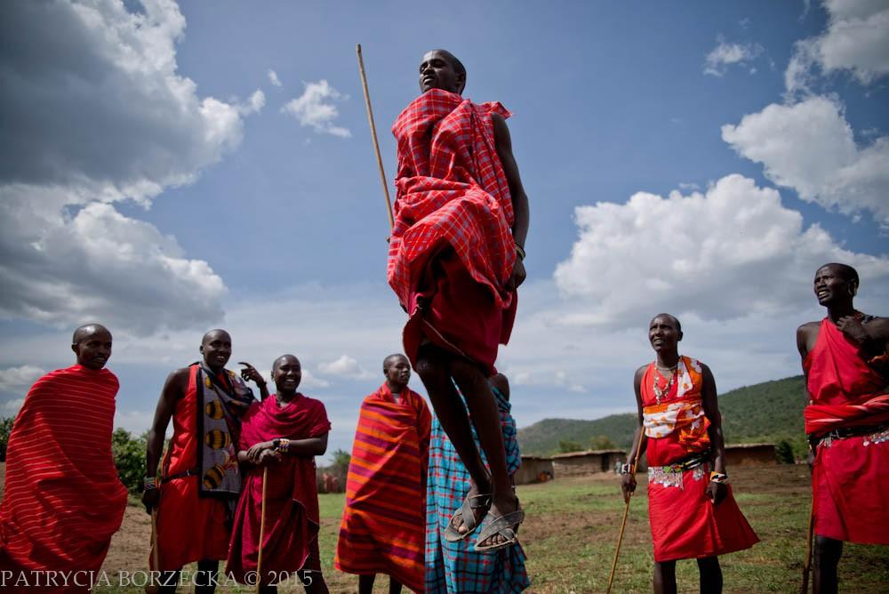 Tradycyjny taniec masajski polega na śpiewie i skokach. Olaranyani wyśpiewuje słowa, na które odpowiada reszta mężczyzn. Ten który najwyżej skacze jest uznawany przez kobiety za najbardziej atrakcyjnego.