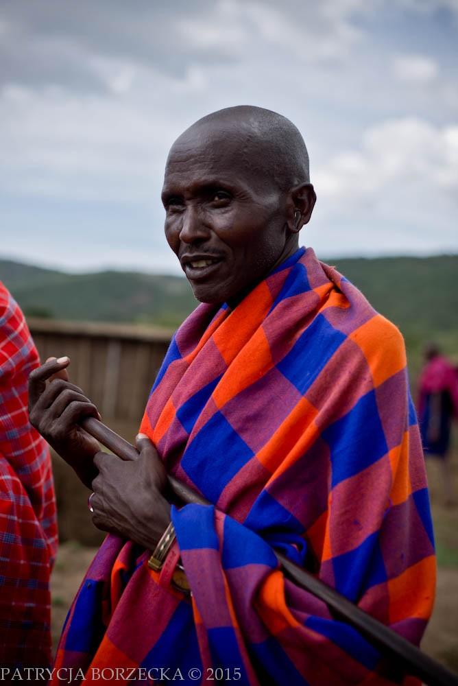 W oczach masajskiego mężczyzny można zauważyć dumę. W dłoniach trzyma kij, a jego ciało przykrywa wspomniana wcześniej shuka. Jej kolor czasem może być przypadkowy, a czasem może oznaczać przynależność klanową.